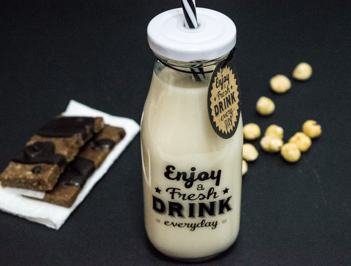 Hazelnut milk with dates