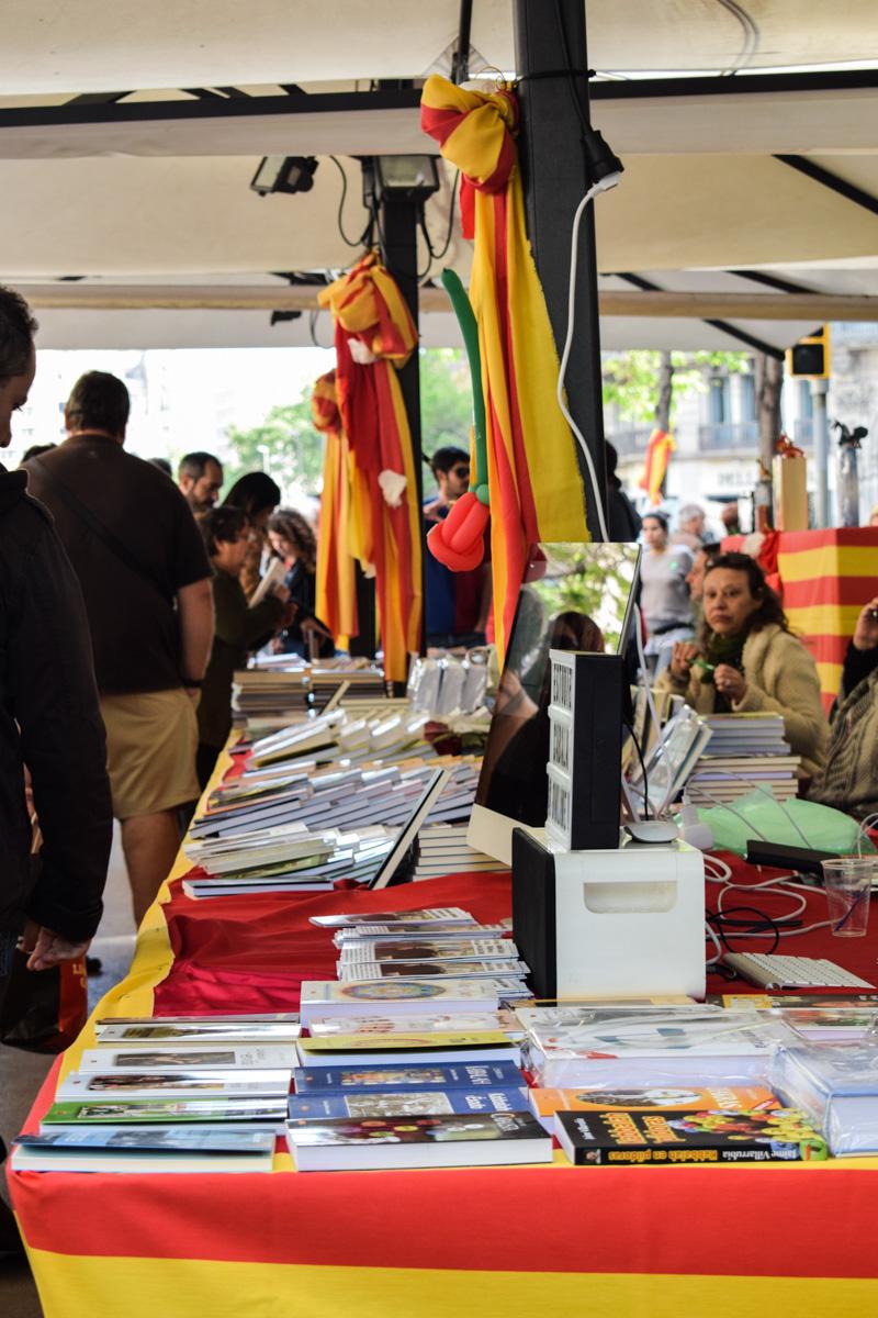Štand na kome se prodaju knjige