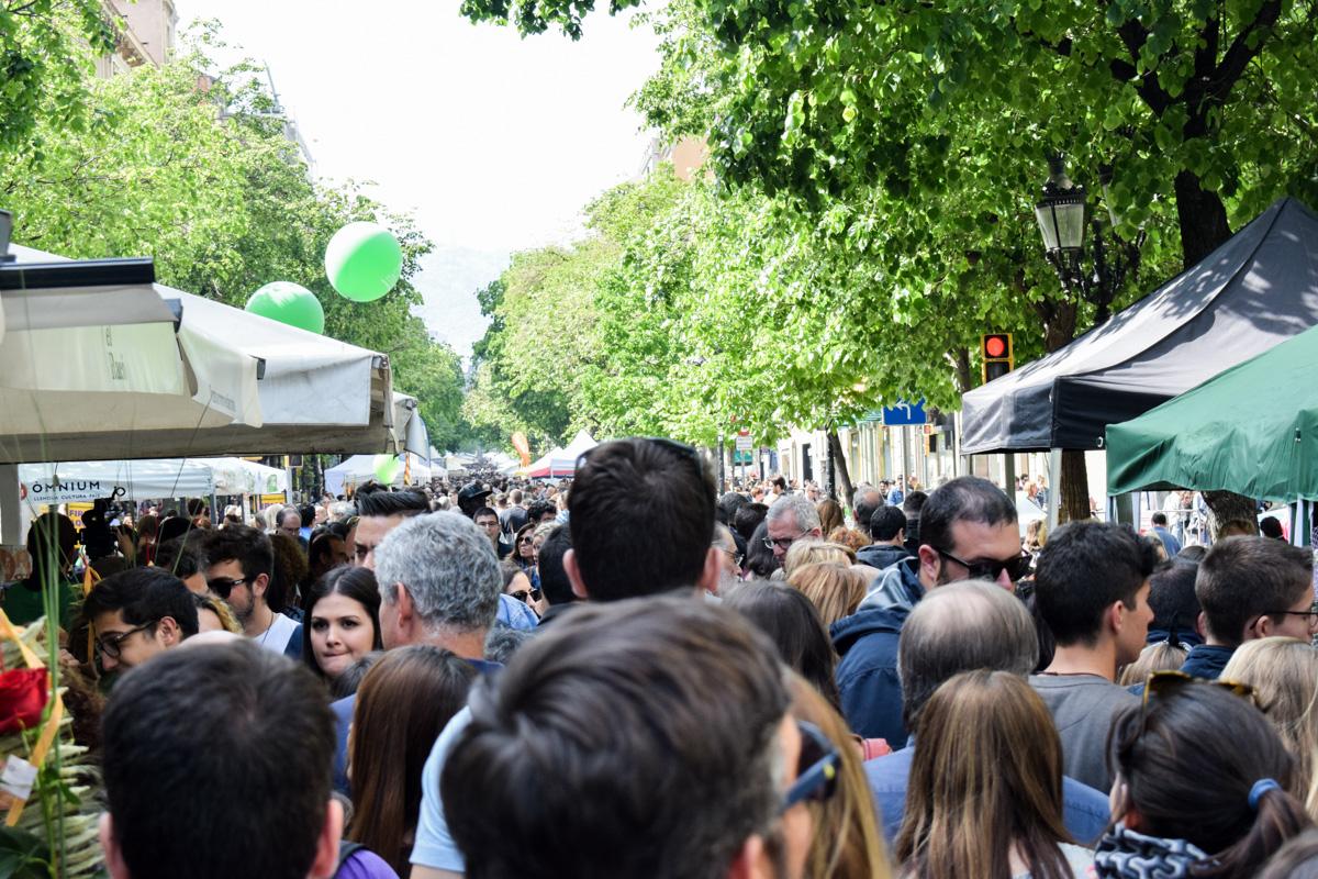 Ulica Rambla de Katalunja je bila prepuna ljudi i štandova