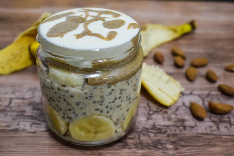 Ovas potopljen u mleku sa bananom, čiom i orasima