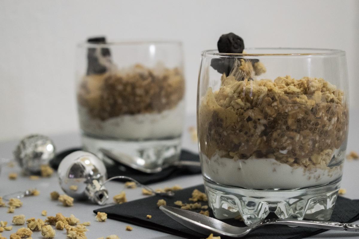 La mezcla perfecta: yogur griego, granola, avena puesta en remojo y mantequilla de avellanas