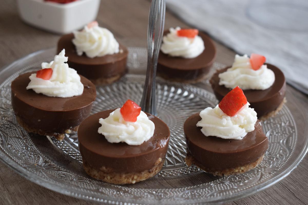 Elegantni tartovi sa šlagom i pudingom od čokolade